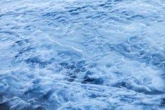 Голубая плавя поверхность льда на замороженной воде Стоковые Изображения RF