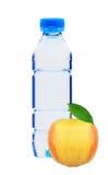 Голубая пластичная бутылка воды и желтого яблока изолированных на белизне Стоковая Фотография