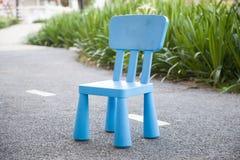 голубая пластмасса стула Стоковое Изображение