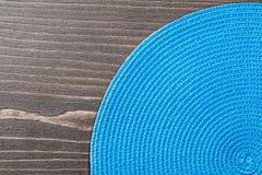 Голубая плетеная рогожка таблицы на деревянной доске стоковое изображение rf