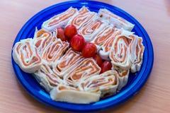 Голубая плита с обернутыми хлебом и томатами пита Стоковые Фото