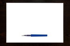 Голубая ручка изолированная на листе белой бумаги Стоковая Фотография RF