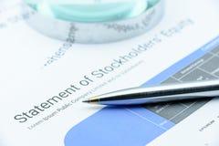 Голубая ручка шариковой авторучки на заявлении перечисленной компании справедливости акционеров стоковое фото rf