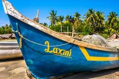Голубая рыбацкая лодка на пляже Стоковые Изображения RF