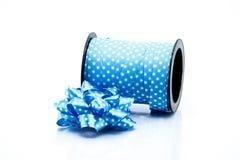 голубая сатинировка подарка смычка тесемка Изолировано на белизне Стоковые Фотографии RF
