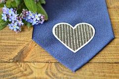 Голубая связь, бумажное сердце и цветки весны Стоковые Изображения RF