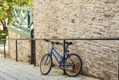 Голубая склонность велосипеда на стене Стоковые Фото