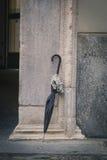 Голубая склонность зонтика против стены Стоковые Фото