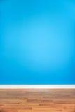 Голубая стена с деревянным полом Стоковые Фото