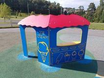 Голубая стойка мороженого на спортивной площадке Стоковые Фото