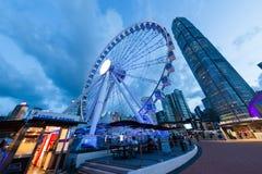 Голубая сцена часа городского пейзажа Гонконга на центральной пристани Стоковые Изображения