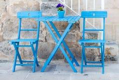 голубая таблица стулов Стоковые Фотографии RF