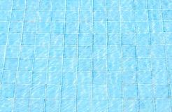 голубая текстура заплывания отражения бассеина кроет воду черепицей Стоковое Изображение RF