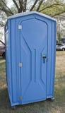 Голубая уборная во дворе Porta небольшая на событии стоковые изображения