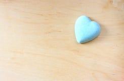 Голубая форма сердца на деревянной предпосылке Стоковое фото RF