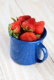 Голубая чашка полная свежих выбранных зрелых клубник Стоковая Фотография