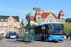 Голубая шина города VDL около финского национального театра стоковые изображения