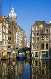 Голубая шлюпка на канале в Амстердам зодчество amsterdam типичное Стоковые Изображения