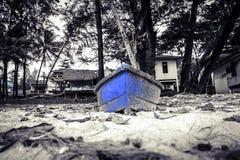 Голубая шлюпка на пляже Стоковая Фотография RF