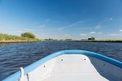 Голубая шлюпка на реке стоковая фотография rf