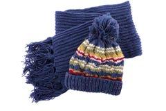 Голубая шляпа и шарф knit зимы изолированные на белой предпосылке Стоковая Фотография