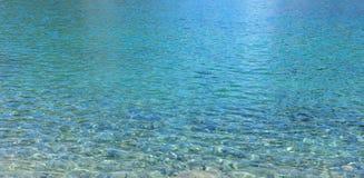 голубая ясная вода стоковые изображения