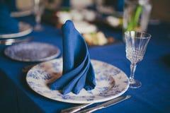 Голубая linen салфетка на обеденном столе Стоковое фото RF