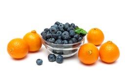 Голубики и tangerines на белой предпосылке Стоковые Фото