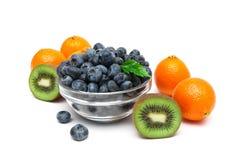 Голубики, киви и tangerines на белой предпосылке Стоковые Изображения