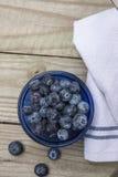 Голубики на деревенской столешнице Стоковая Фотография RF