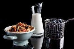 Голубики granola и югурт на черноте от стороны Стоковое фото RF
