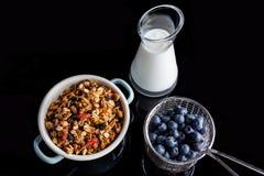 Голубики granola и югурт на черноте сверху Стоковое Изображение RF