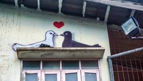 Голуби имитируя wallpainting на здании Стоковое Изображение