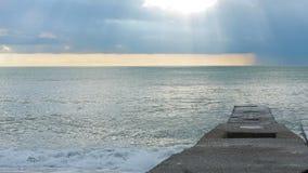 Голуби на пристани во время шторма волны текстуры моря конструкции произведения искысства естественные акции видеоматериалы