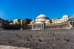 Голуби около Сан Francesko Paola, Аркады del Plebiscito, Неаполь Стоковые Фотографии RF