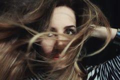 Голубоглазая женщина при ее светлые волосы обернутые вокруг ее стороны Стоковое Фото