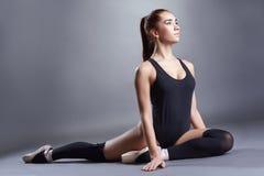 Голубоглазый артист балета представляя в студии Стоковая Фотография