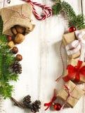 голубое волшебство рамки рождества Ель рождества разветвляет, конус сосны и подарки Стоковая Фотография