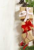 голубое волшебство рамки рождества Ель рождества разветвляет, конус сосны и подарки Стоковое фото RF