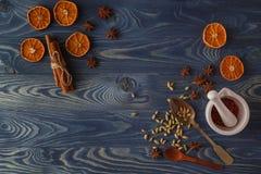 голубое волшебство рамки рождества Печенья, специи и украшения пряника дальше Стоковое Фото