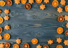 голубое волшебство рамки рождества Специи рождества и высушенное оранжевое sliceson на w Стоковая Фотография RF