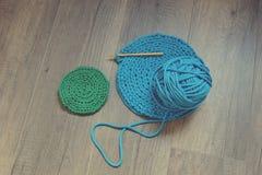 Голубое вязание крючком вязать ручную пусковую площадку Стоковые Изображения RF