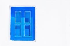 Голубое деревянное окно с ясной белой стеной, Грецией стоковая фотография