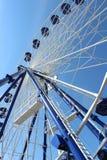 Голубое и белое колесо ferris стоковая фотография