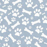 Голубое и белое повторение картины плитки печатей и косточек лапки собаки назад стоковые фото