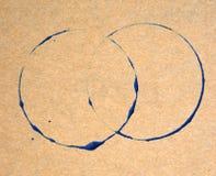Голубое кольцо пятнает на предпосылке текстуры коричневой бумаги Стоковое Фото