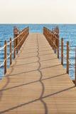 Голубое море и деревянная пристань Стоковые Фото