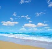 Голубое море и золотой берег в Сардинии Стоковая Фотография