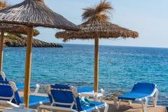 Голубое море, пляж с зонтиком на Мальорке Стоковое Фото
