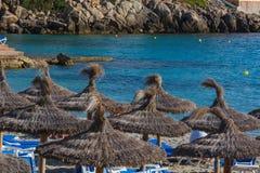 Голубое море, пляж с зонтиком на Мальорке Стоковые Фото